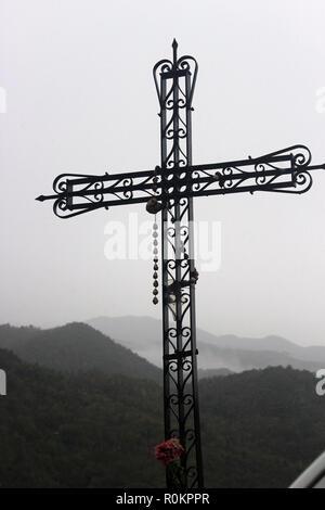 Croix en fer forgé par le bas-côté de la route dans le sud de l'Italie Banque D'Images