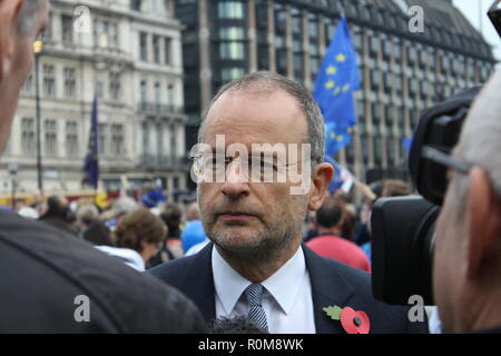 Londres, Royaume-Uni. 5 Nov 2018. Les manifestants masqués sont attendus à descendre sur Londres pour les millions de Mars Bonfire Night masque. Dirigé par 'international' hactivist groupe Anonymous, la démonstration contre l'établissement voit à travers la capitale mars des manifestants portant des masques de Guy Fawkes. Tenue pour la première fois en 2013, la marche a partir du centre de Londres chaque année depuis avec appel anonyme pour les gens de partout dans le monde à rejoindre le lundi 5 novembre. Crédit: Jason Murphy/Alamy Live News Banque D'Images