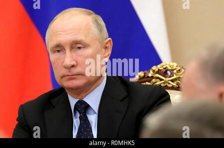 Le président russe Vladimir Poutine préside une réunion de la Commission de la coopération technique militaire avec des États étrangers au Kremlin, le 6 novembre 2018 à Moscou, Russie. Banque D'Images