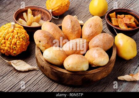 Tartes russes remplis de citrouille et la poire.La cuisine russe