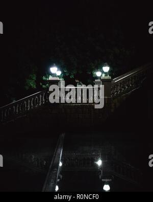 Homme marchant dans les escaliers la nuit. Banque D'Images