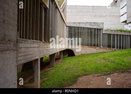 Fenêtres à la cour dans La Tourette, Eveaux ou Sainte Marie de La Tourette: conçu par le célèbre architecte français Le Corbusier près de Lyon. Banque D'Images