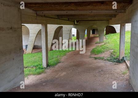 Undercroft dans La Tourette, Eveaux ou Sainte Marie de La Tourette: conçu par le célèbre architecte français Le Corbusier près de Lyon. Banque D'Images