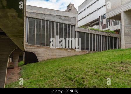 Cour intérieure de l'espace dans la Tourette, Eveaux ou Sainte Marie de La Tourette: conçu par le célèbre architecte français Le Corbusier près de Lyon. Banque D'Images