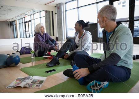 Les gens parler dans la salle de fitness studio Banque D'Images