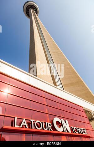 Toronto, Canada - le 10 octobre 2018: La Tour CN, une 553,3 m de haut communications concrètes et tour d'observation situé au centre-ville de Toronto (Ontario), C