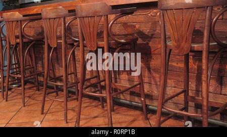 Rangée de tabourets de bar en bois en restaurant vide dans le quartier juif de Grenade Banque D'Images