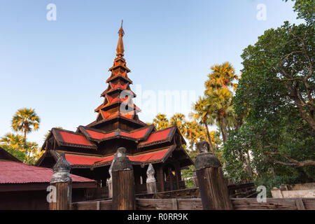 Le monastère de Bagaya Kyaung faite en bois de teck, Inwa village, Birmanie Banque D'Images