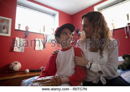 Latinx mère parler aux fils en uniforme de baseball Banque D'Images