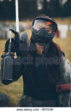 Portrait of happy young woman paintball Banque D'Images