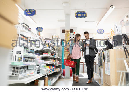 Couple shopping in art supply shop Banque D'Images