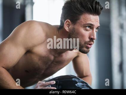 Mann im Fitnessstudio, Liegestuetz (modèle récent) Banque D'Images