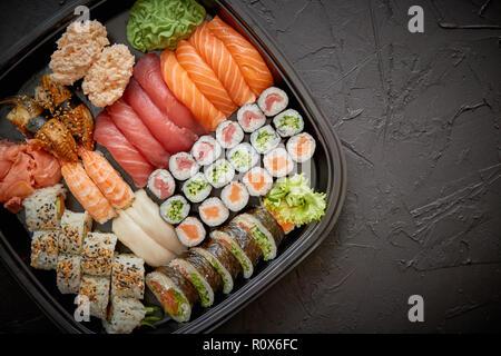 Différents types de sushi sur une assiette ou un plat set Banque D'Images