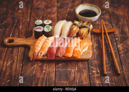 Set à Sushi. Différents types de rouleaux de sushi sur sol en bois servant de sélection