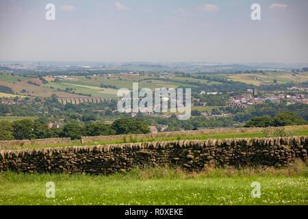 Vue d'été du Yorkshire du Sud ville de Penistone depuis les collines environnantes