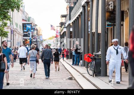 New Orleans, USA - 22 Avril 2018: Centre-ville vieille ville St Ann street en Louisiane célèbre ville, ville avec des gens qui marchent dans la soirée Banque D'Images