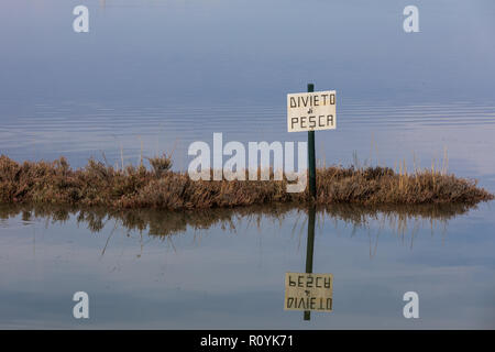 Divieto di pesca, pêche interdite, aucun signe de pêche en langue italienne - lagune de Grado, Friuli Venezia Giulia, Italie Banque D'Images