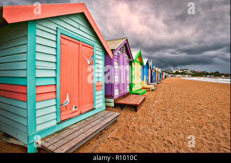 Une tempête approche avant l'iconique, coloré des cabines de plage sur la plage de Brighton près de Melbourne à Victoria, en Australie. Banque D'Images