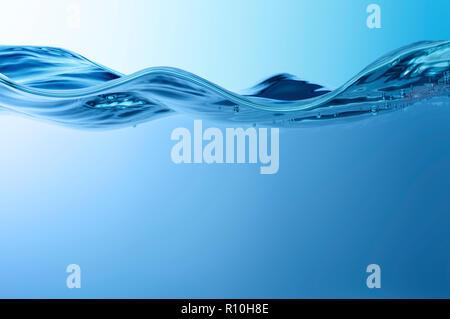 Close up side view de perturbation sur la surface de l'eau, de petites bulles Banque D'Images