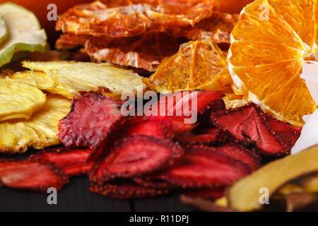 Des baies séchées et les fruits, la récolte pour l'hiver: abricots, pommes, fraises, framboises, cerises, oranges Banque D'Images