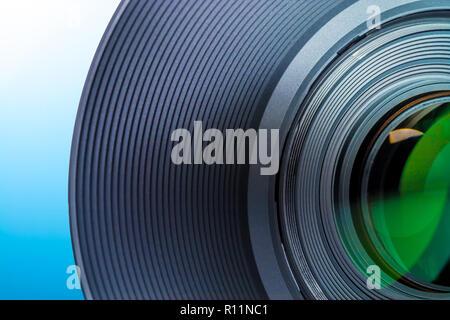 Lentille d'un appareil photo reflex close-up macro sur un fond blanc - bleu Banque D'Images