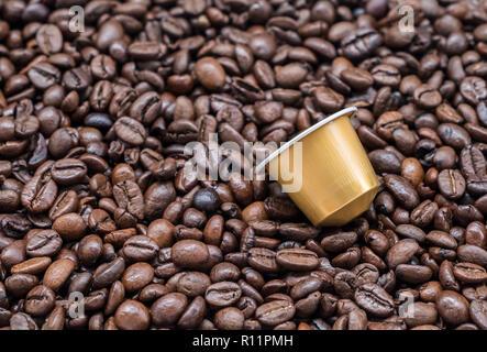 Capsule de café moderne sur le grain de café torréfié du grand café arabica. Banque D'Images