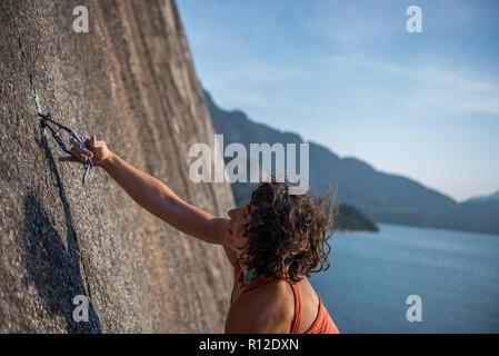 Femme de l'escalade, Malamute, Squamish, Canada Banque D'Images
