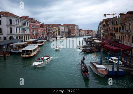 / Venise Italie - 3 novembre 2018: à l'aval du pont du Rialto à Venise, l'Italie le long du grand canal bordé de bâtiments historiques.