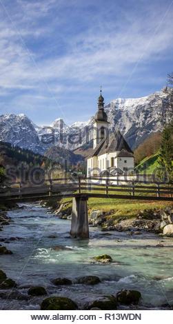 Un immeuble donnant sur les eaux et les montagnes en Bavière Banque D'Images