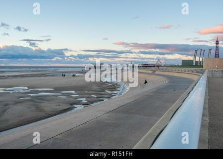 Promenade sur les touristes méconnaissable Blackpool plage au coucher du soleil pendant un week-end d'automne à la fin du mois d'octobre 2018. Blackpool est l'un des favoris Englands seasi Banque D'Images