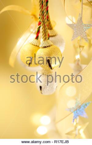 Marrakech, Maroc   glands colorés dans un bazar pour décoration textile   Stars glitter paillette couvert parmi les lumières de Noël, ruban d or et de 7aba98ce8a1