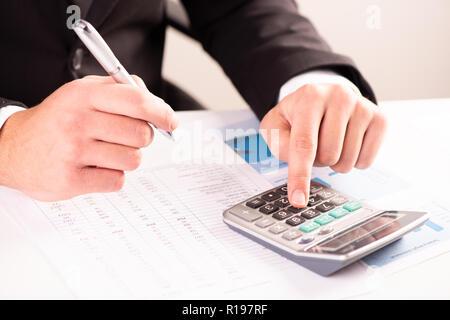 L'analyse d'affaires et d'investissement, compte graphiques avec calculatrice sur 24 Banque D'Images