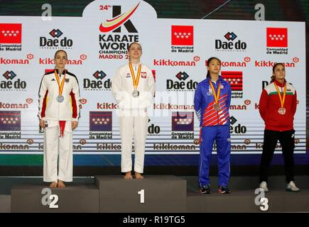 Madrid, Espagne. 10 Nov, 2018. Dorata Banaszczyk (2L) de Polonia célèbre sa médaille d'or sur le podium à côté de médaillé d'Jana Bitsch (L) de l'Allemagne les médaillés de bronze et Tzu-yun Wen (2R) de Taipei et Ivet Goranova de Bulgarie après le féminin -55 kg Kumité Karaté compétition aux Championnats du monde à Madrid, Espagne, 10 novembre 2018. La 24e Championnats du monde senior de karaté aura lieu à Madrid du 06 au 11 novembre 2018. Credit: Javier Lopez Hernandez/EFE/Alamy Live News Banque D'Images