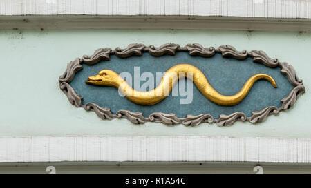 Serpent d'or, décoration sur une façade de maison à Prague République Tchèque Banque D'Images
