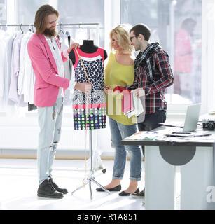 Adapter et designer, avec une femme dans le studio client Banque D'Images