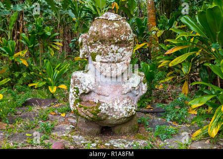 Smiling tiki. Pierres de taille - Polynesian tiki statue idole sacré caché dans la jungle. L'île de Raivavae, Astral (Tubuai), Polynésie Française, Océanie