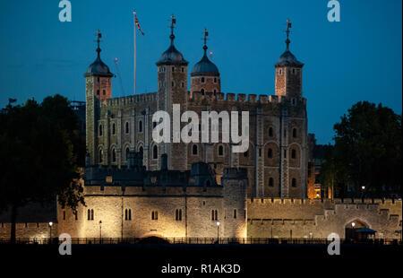 Tour de Londres illuminé par des lumières de nuit à Londres, au Royaume-Uni. Également appelé Her Majesty's Royal Palace and Fortress est un château historique, fondé en Banque D'Images