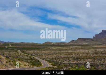 Route à travers le désert dans la région de Big Bend National Park dans le sud-ouest du Texas. Banque D'Images