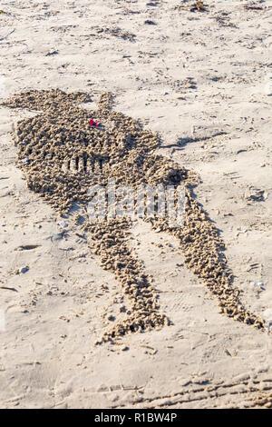 Weymouth, Dorset, UK. 11Th Nov 2018. Les collectivités de tout le Royaume-Uni se rassemblent sur les plages à 100 ans depuis l'armistice et la fin de la Première Guerre mondiale; pour vous dire merci et au revoir aux millions d'hommes et de femmes qui ont quitté leurs côtes pendant la guerre, beaucoup pour ne jamais revenir. Danny Boyle's Pages uniques de la mer où un portrait d'un individu à partir de la première WW1 se dégage de l'autruche et puis, quand la marée monte, c'est lavé Crédit: Carolyn Jenkins/Alamy Live News Banque D'Images