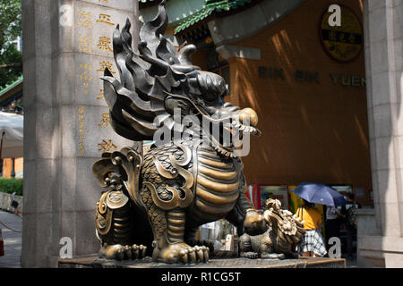 Dragon guardian Qilin de sculptures de pierre à l'entrée du Temple Wong Tai Sin pour personnes visitent et respect priaient à Kowloon, le 9 septembre 2018 à Hong Banque D'Images
