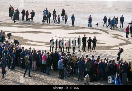 Newquay, Cornwall, UK. 11Th Nov 2018. Pages de la mer WW1 événement commémoratif par Danny Boyle.plage sable portrait de Seaman Archie Jewell 28 ans est mort 17-04-1917, danse en salle pour les jeunes de Cornwall, WW1 War Art centenaire des commissions, 11 novembre 2018, Robert Taylor/Alamy Live News. Broad Oak Beach, Cornwall, UK. Crédit: Robert Taylor/Alamy Live News Banque D'Images