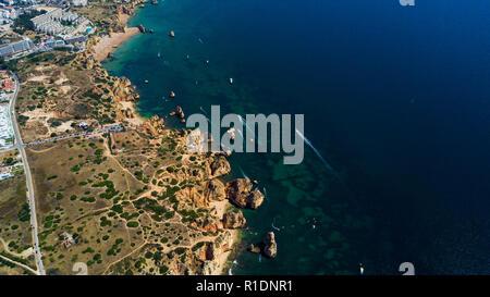Vue aérienne de falaises et de plage près de la ville de Lagos en Algarve au Portugal Banque D'Images