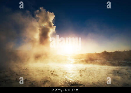 Magnifique coucher de soleil Strokkur geyser éruption en Islande. Couleurs fantastiques Banque D'Images
