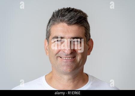 Portrait d'un homme d'âge moyen ayant l'amusement et à la joyeuse heureuse sourire et rire à l'appareil photo dans les émotions humaines exp faciale Banque D'Images