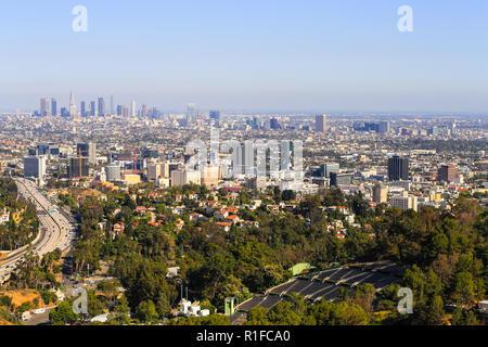 Los Angeles, Californie, USA - Mai 28, 2017: Avis de Los Angeles avec le centre-ville de la région de l'arrière-plan et Hollywood avec l'autoroute 101 à l'avant. Banque D'Images
