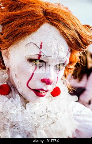 Cosplayeuse déguisée comme il le clown Banque D'Images