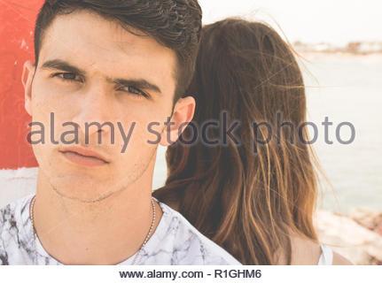 Jeune couple amoureux faces en colère Banque D'Images