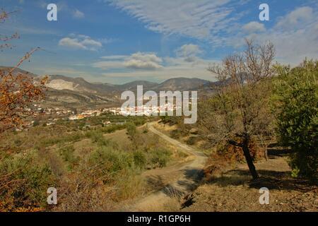 Chemin d'un petit village avec ses maisons blanches en Sierra Nevada sous un ciel bleu avec des nuages, Andalousie, Espagne copyright: kristof l Banque D'Images
