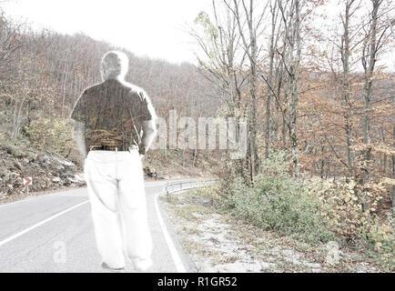 Le résumé de l'exposition double image de l'homme debout sur la route à travers la forêt. Concept de maladie, de solitude, de tristesse et de douleur Banque D'Images