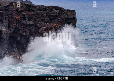 De grosses vagues se briser contre les falaises volcaniques hautes sur Hawaii's Big Island, au-dessous de la route de la chaîne des cratères dans Volcano National Park.